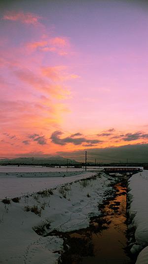 雪と河と夕焼け